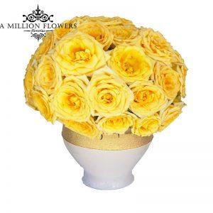 Diseño floral de rosas amarillas sobre base de cerámica 1