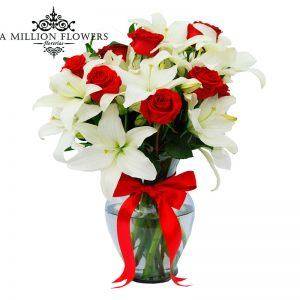 Diseño floral de rosas con casa blancas 1