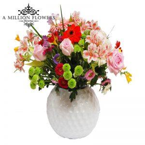 Diseño floral con rosas gerberas y alstroemelias en base de cerámica redonda 1