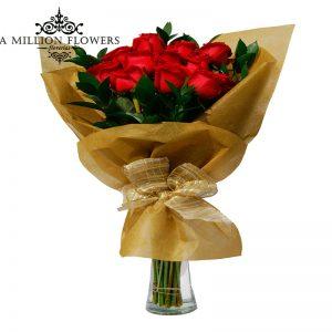 Ramo de rosas rojas en florero 1