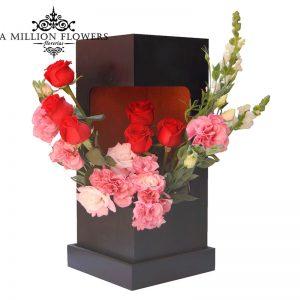Diseño floral de rosas y lisiantus en caja 1