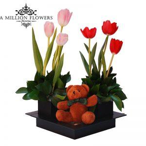 Diseño floral de tulipanes con osito de peluche 1