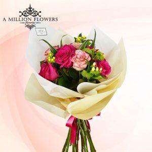 Vista frontal del Arreglo floral anhelo con rosas
