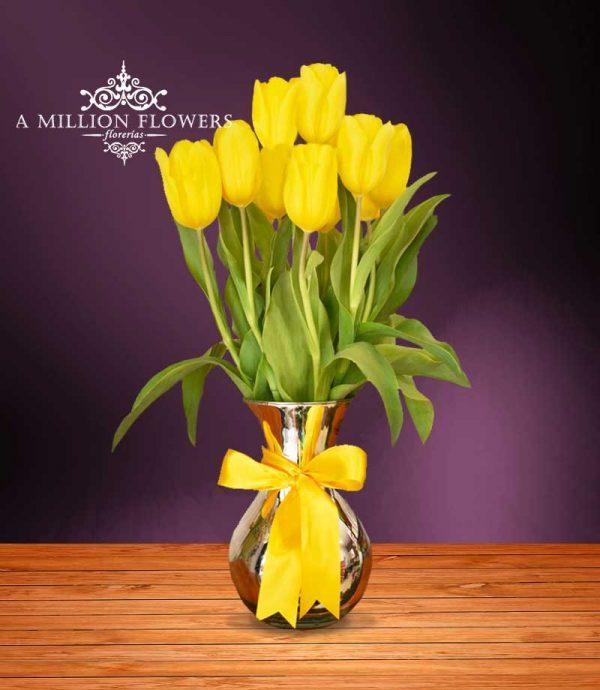 Vista frontal del Arreglo floral of you con Tulipanes