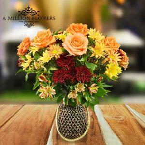 Vista frontal del Diseño floral máxima caricia con florero elegante