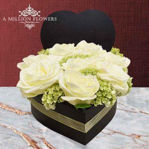 Vista frontal de rosas blancas del Arreglo floral corazón puro