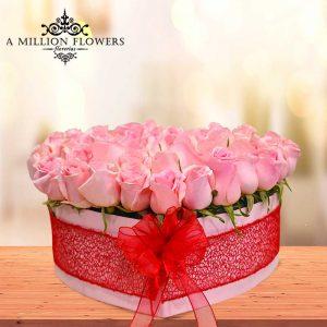 Vista frontal del Diseño floral caja rosas pink caja corazón