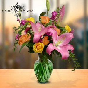 Vista frontal del Arreglo floral estar contigo en florero