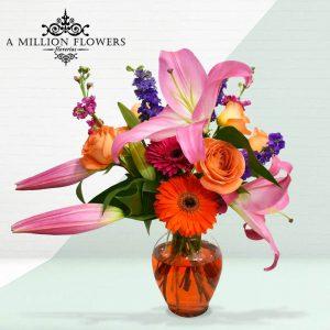 Vista frontal del Arreglo floral hermosura con florero