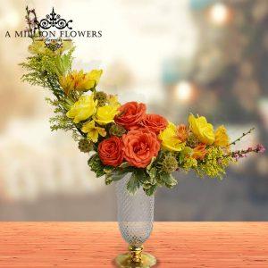 Vista frontal del Arreglo floral momentos en florero elegante
