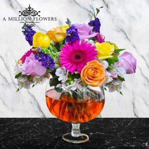 Vista frontal del Arreglo floral sin estrellas diseñado en copa cristal