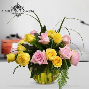Vista frontal del Arreglo floral amarillo con Rosas en pecera