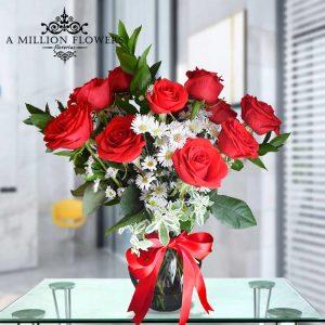Vista frontal de Rosas del arreglo floral atracción