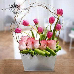 Vista frontal de flores rosas del Arreglo floral besos