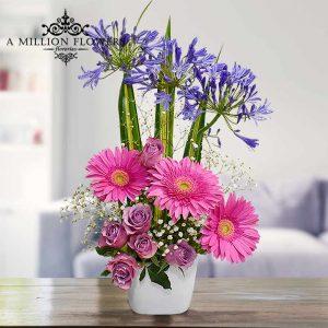 Vista frontal de flores moradas del Arreglo floral cerca de ti