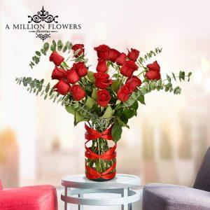 Vista frontal de rosas del Arreglo floral emoción